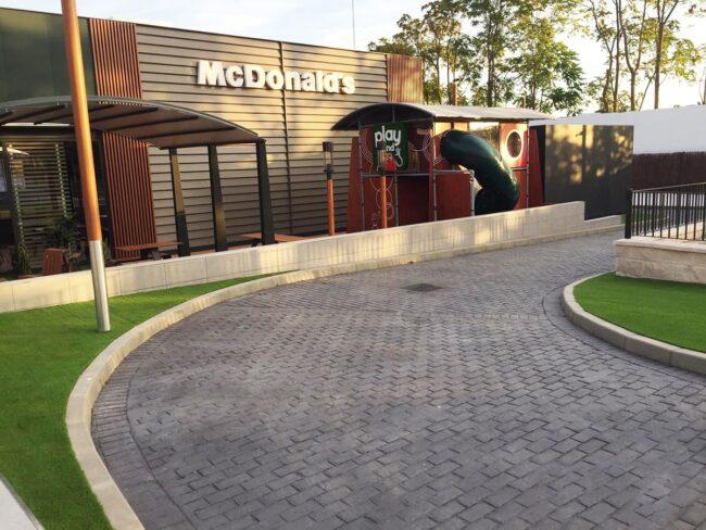 Pavimentacion exterior con hormigón impreso McDonald's